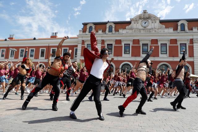 ▲ '팝의 황제' 마이클 잭슨 사망 10주기를 맞아 25일(현지시간) 스페인 마드리드에서 뮤지컬 댄서들이 잭슨에게 헌정하는 플래시몹에 참여하고 있다.