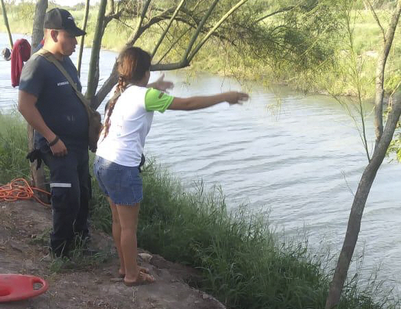 ▲ In this Sunday, June 23, 2019 photo, Tania Vanessa Avalos of El Salvador speak s with Mexican authorities after her husband and nearly two-year-old daughter were swept away by the current while trying to cross the Rio Grande to Brownsville, Texas, in Matamoros, Mexico. Their bodies, the toddler still tucked into her father's shirt with her arm loosely draped around him, were discovered Monday morning several hundred yards (meters) from where they had tried to cross. (AP Photo/Julia Le Duc)   <All rights reserved by Yonhap News Agency>