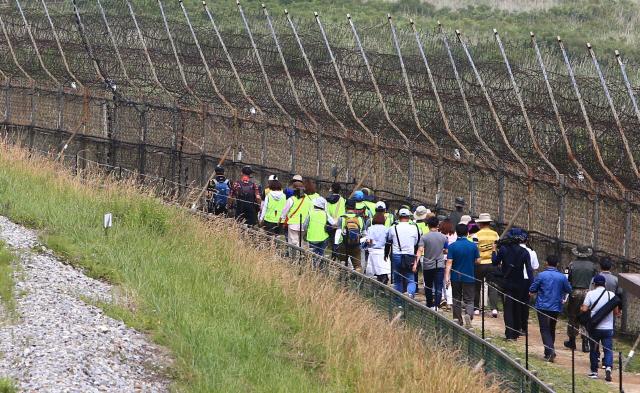 ▲ 강원 고성 DMZ 평화의 길 개방 두 달을 하루 앞둔 26일 A코스 탐방에 나선 방문객들이 해안철책을 따라 걷고있다. 지난 4월 27일 일반에 개방된 고성 DMZ 평화의길에는 지난 25일까지 4천974명이 찾았다. 2019.6.26