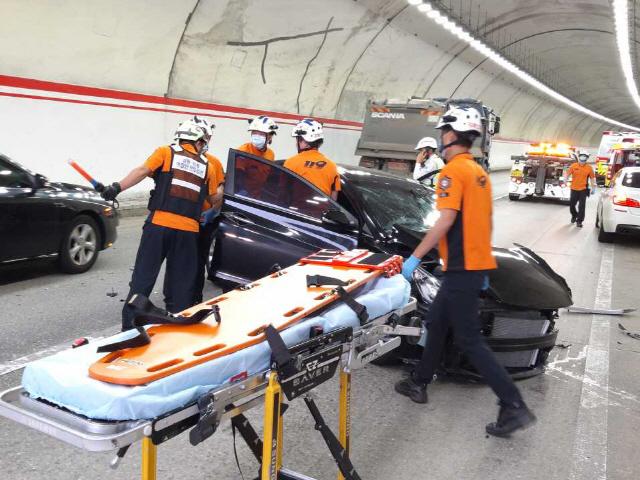 ▲ 26일 오후 4시 11분 쯤 강릉시 성산면 영동고속도로 강릉방향 6터널 인근에서 교통사고가 발생,운전자 A씨 등 2명이 다쳐 인근 병원으로 이송됐다. 이연제