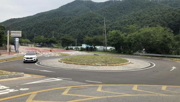▲ 26일 춘천시 칠전동의 한 회전교차로에서 차량이 통행하고 있는 모습.