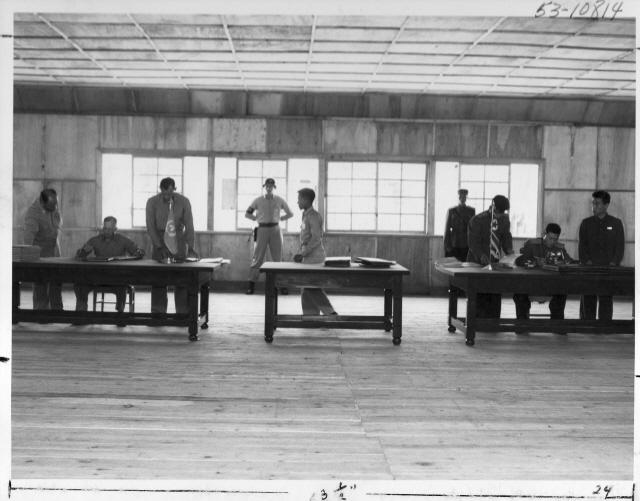 ▲ 1953.7.27.판문점에서 열린 정전회담 조인식 장면.왼쪽 책상에서 유엔 측 대표 해리슨 장군이,오른쪽 책상에서는 북측 남일 장군이 정정협정서에 서명하고 있다.