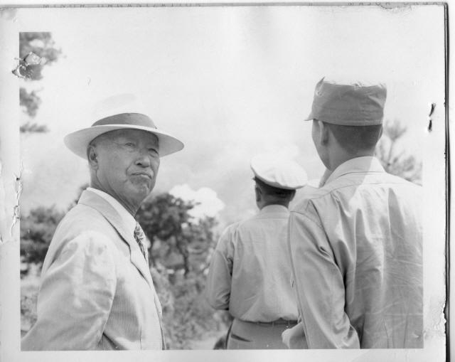▲ 1951.8.22.홍천 전방부대를 시찰 하는 이승만 대통령.(출처 NARA)