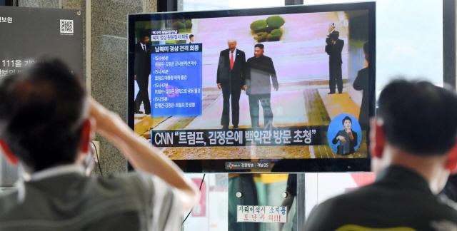 ▲ 30일 춘천시외버스터미널에서 시민들이 김정은 북한 국무위원장과 트럼프 미국 대통령이 함께 군사분계선을 넘는 모습을 방송을 통해 지켜보고 있다.   최유진
