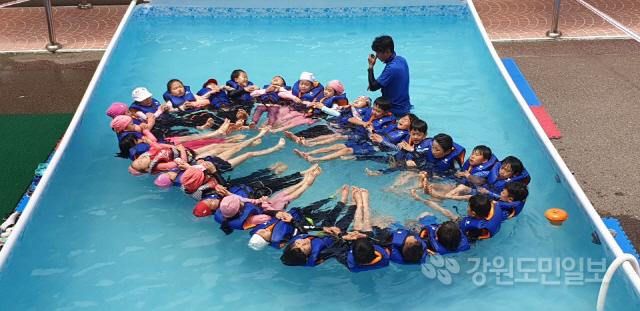 ▲ 삼척초교(교장 정영미)는 4일 교내에 간이 수영장을 설치,학생들을 대상으로 생존수영 등 안전한 물놀이 교육을 실시했다.또 8~12일 생명지킴이 스위밍 페스티벌 주간을 운영한다.