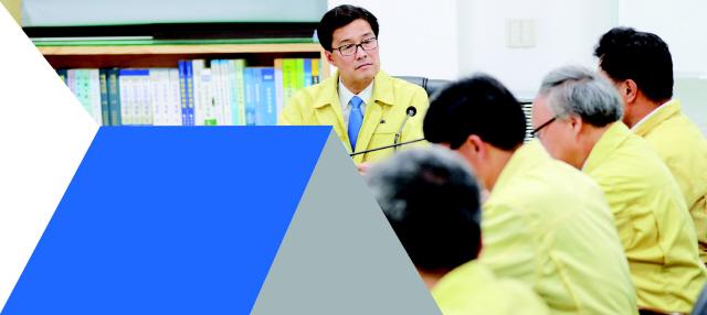 ▲ 류태호 시장이 직원들과 회의를 하고있는 모습.