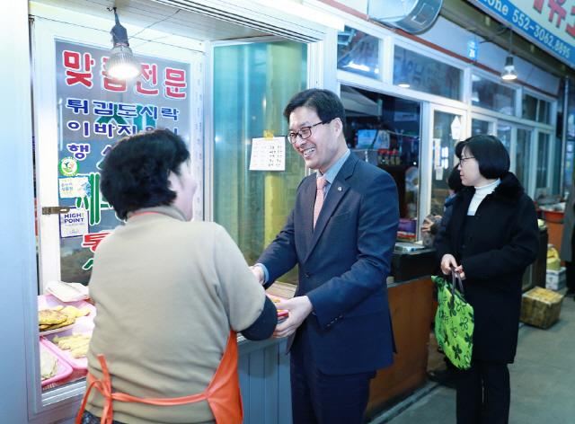▲ 류태호 시장이 상인들과 이야기를 나누고 있다.