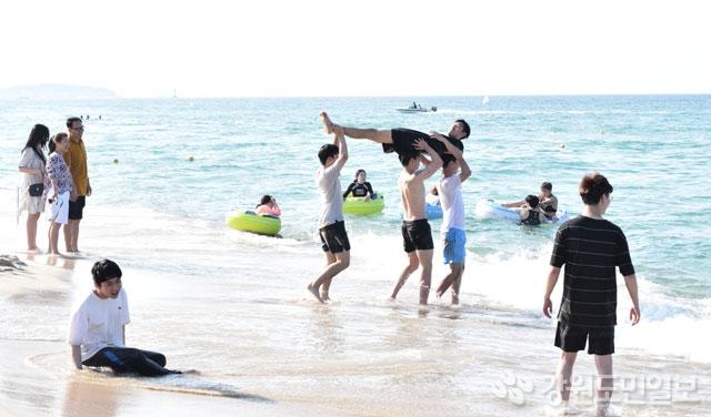 ▲ 해수욕장 개장을 하루 앞둔 4일 경포해변에서 피서객들이 물놀이를 하며 무더위를 식히고 있다. 이연제