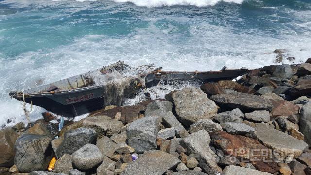 ▲ 12일 고성 거진1리 해안가로 밀려온 북한 소형목선