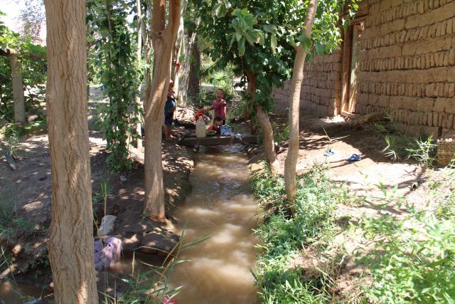 ▲ 타칼라마칸 사막 속의 투루판 지하수로를 통해 퍼 올린 포도밭의 수로.