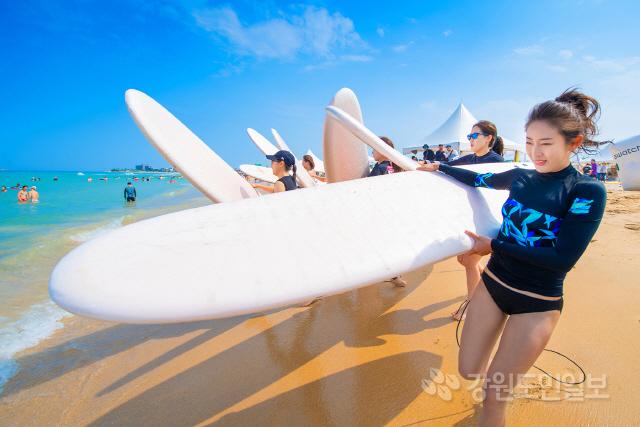 ▲ 제3회 삼포해변 서핑축제 '미드나잇 피크닉 페스티벌'이 12~14일 죽왕면 삼포해변과 주변지역에서 열리려 서핑족과 관광객들이 서핑을 즐기고 있다.