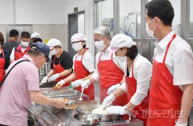 ▲ 김양호 삼척시장과 사회복지과 직원들은 15일 삼척시노인복지관을 찾아 어르신들의 점심을 위한 배식봉사 활동을 펼쳤다.