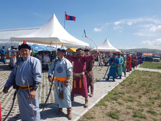 ▲ 몽골 튜브도 나담축제의 활 쏘기 '소르 하르와' 예선경기 준비에 앞서 참가자들이 연습을 하고 있다.