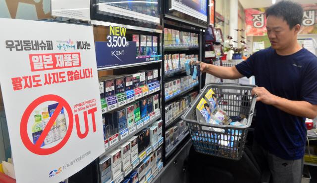 ▲ 일본산 제품 판매중단 운동에 동참하고 있는 춘천 나들가게협동조합이 지난 12일부터 일본산 제품 불매운동을 시작한 가운데 16일 춘천시 칠전동 나들가게 새싹마트에서 주인이 진열된 일본산 제품을 빼내 반품 준비를 하고 있다.  서영