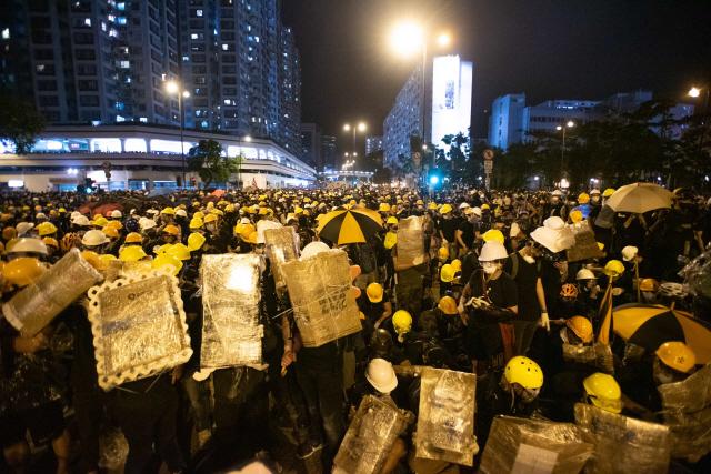 ▲ 홍콩 시민 11만명 '송환법 반대' 시위      (홍콩 AFP=연합뉴스) 14일 홍콩 사틴 지역에서 '범죄인 인도 법안'(송환법안)에 반대하는 시민들이 주요 도로를 점거한 채 시위를 벌이고 있다. 이날 홍콩에서 11만5천여 명(주최 측 추산, 경찰 추산 2만8천 명)의 시민이 참여한 송환법 반대 시위가 열렸으며, 경찰의 시위대 해산 과정에서 격렬한 충돌이 발생했다.     leekm@yna.co.kr (끝)   <저작권자(c) 연합뉴스, 무단 전재-재배포 금지>