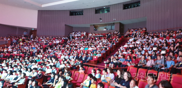 ▲ 동해교육지원청(교육장 김형식)은 18일 동해문화예술회관 대강당에서 동해 특수학교 착공을 축하하며 '모두 다 꽃이야'라는 주제로 장애인식개선 콘서트를 개최했다.