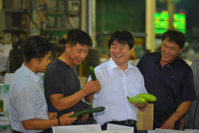 ▲ 지난 17일 밤 서울 가락동 농수산물시장 경매장을 찾은 최문순 군수와 지역 인사들이 경매를 앞둔 화천산 애호박을 살펴보고 있다