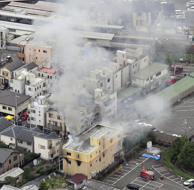 ▲ 18일 일본 교토의 애니메이션 제작회사 '교토 애니메이션' 스튜디오 건물에서 방화로 인한 화재가 발생해 뿌연 연기가 솟아오르고 있다.