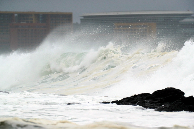 ▲ 제5호 태풍 '다나스'가 북상 중인 19일 오전 제주 서귀포시 예래동 앞바다에 파도가 거세지고 있다. 2019.7.19
