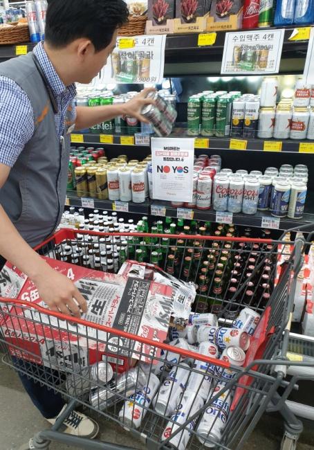 ▲ 강원지역 유통업계를 중심으로 일본제품 불매운동이 확산되는 가운데 19일 춘천 MS마트에서 직원이 매대에서 일본산 맥주를 치우고 있다.