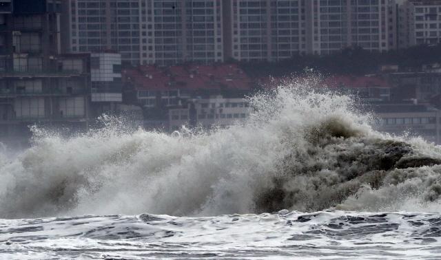 ▲ 20일 낮 부산 해운대해수욕장 앞바다에 제5호 태풍 '다나스' 영향으로 거대한 파도가 해변을 덮치고 있다. 2019.7.20