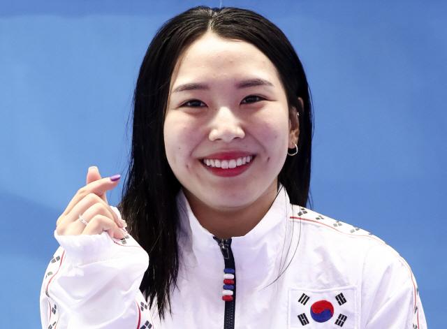 20일 광주 광산구 남부대학교 시립국제수영장에서 여자 다이빙 1m 스프링보드에서 동메달을 획득한 김수지가 인터뷰에 앞서 포즈를 취하고 있다.