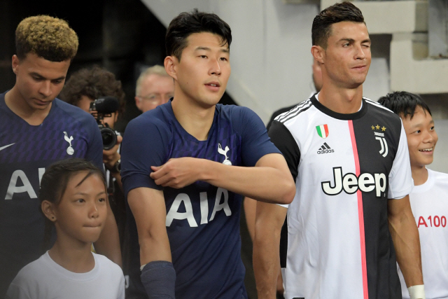 ▲ Juventus' Cristiano Ronaldo (front R) winks as he waits to enter the pitch with Tottenham Hotspur's Son Heung-Min (C) and Dele Alli (back L) before the International Champions Cup football match between Juventus and Tottenham Hotspur in Singapore on July 21, 2019. (Photo by Roslan RAHMAN / AFP)    <All rights reserved by Yonhap News Agency>