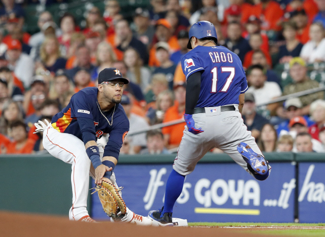 ▲ HOUSTON, TX - JULY 21: Shin-Soo Choo #17 of the Texas Rangers grounds out as Yuli Gurriel #10 of the Houston Astros fields the throw in the first inning at Minute Maid Park on July 21, 2019 in Houston, Texas.   Tim Warner/Getty Images/AFP