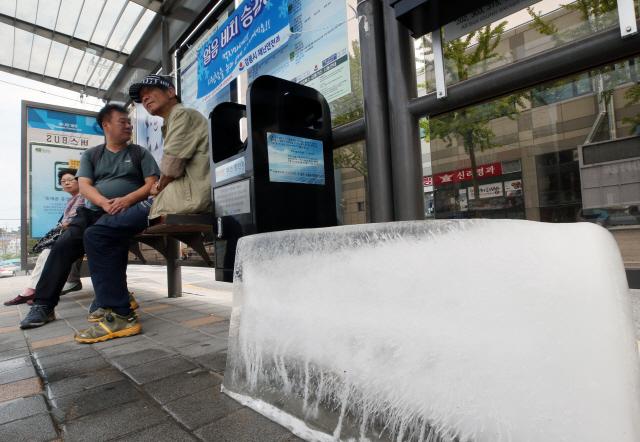 ▲ 23일 폭염 경보가 내려진 강원 강릉 시내의 한 시내버스 승강장에 무더위를 식히기 위한 얼음이 배치돼 있다. 강릉시는 이날 시내버스 승강장 19곳에 얼음 30개를 배치했다. 강릉의 이날 오후 3시 현재 기온은 34.4도다. 2019.7.23
