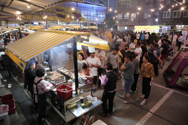 ▲ 양구 배꼽 야시장은 매주 금요일과 토요일 푸드이동판매대에서 음식을 사려는 인파로 장사진을 이룬다.