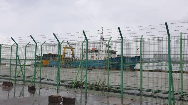 ▲ 북한에 나포된 러시아 어선 '샹 하이린(Xiang Hai Lin) 8호'가 28일 오후 한국인 2명과 러시아인 15명 등 선원 17명 전원을 태우고 속초항으로 입항했다.박주석 ▶관련기사 5면