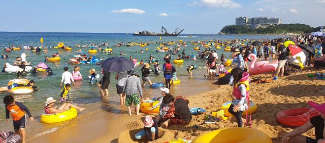 ▲ 장마가 물러가며 본격적인 무더위가 시작된 29일 속초해수욕장이 피서객들로 붐비고 있다.  박주석