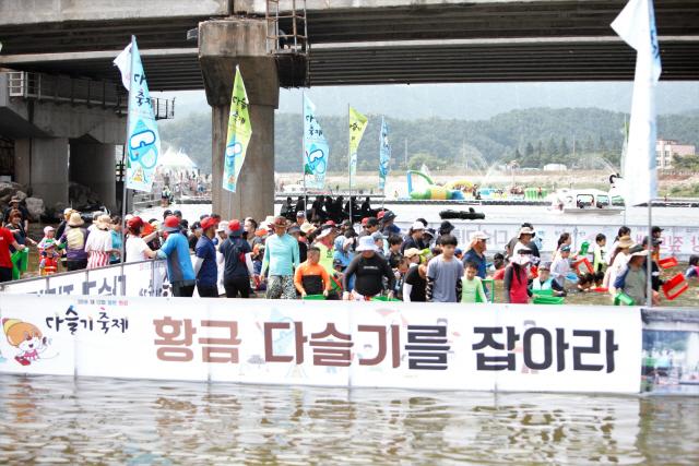 ▲ 철원화강 다슬기 축제의 메인 이벤트인 다슬기 줍기 프로그램.