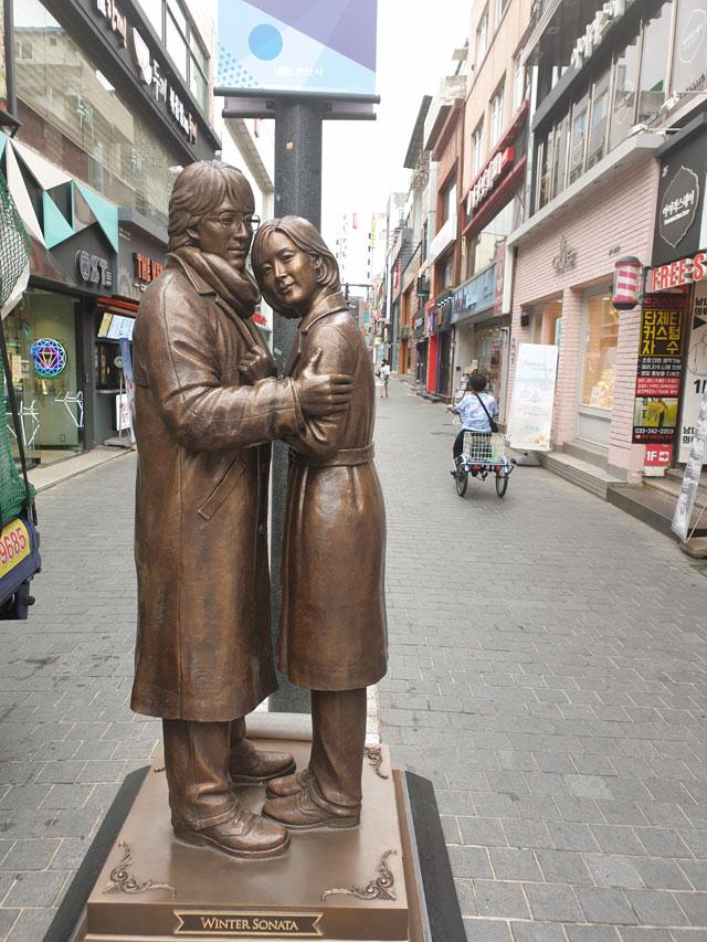 ▲ 명동 배용준 최지우 동상