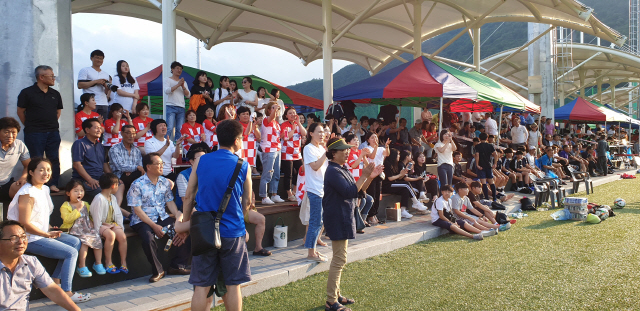 ▲ '평창!평화도시 2019 금강대기 전국 중학교 축구대회' 기간 경기장마다 학부모와 주민들의 열띤 응원이 이어졌다.사진은 진부체육공원에서의 응원 모습.