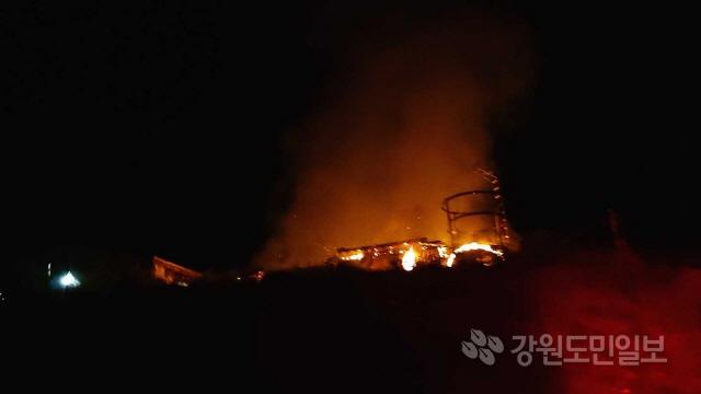 ▲ 2일 오전 2시 9분쯤 춘천시 남면 추곡리의 양계장에서 화재가 발생했다.이 불로 양계장 14동 중 1개동이 전소하고 닭 7000여마리가 폐사했다.소방당국은 양계장 내에 있던 화재감지기가 작동해 신고를 접수하고 인원 46명과 장비 15대를 투입해 30여분만에 불을 진화했다.소방당국은 정확한 화재원인을 조사하고 있다.박가영