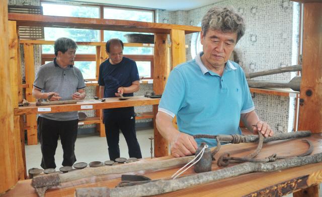 ▲ 김상우 인제 어론리 이장이 지난 31일 마을회관에서 전통농기구 전시관을 살펴보고 있다.  박상동