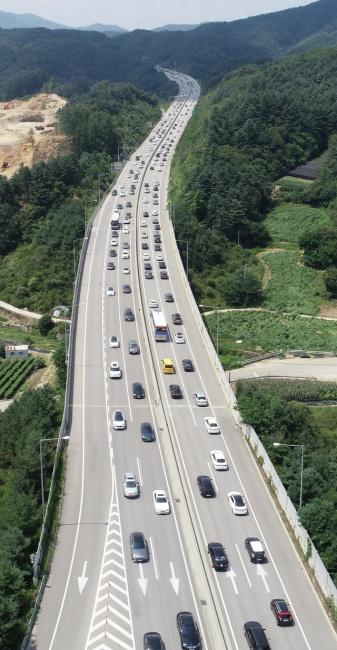 ▲ 본격적인 여름 휴가철을 맞아 피서행렬이 이어지고 있다.4일 서울양양고속도로 남춘천IC인근 양방향 모두 차량들로 정체를 빚고 있다. 최유진