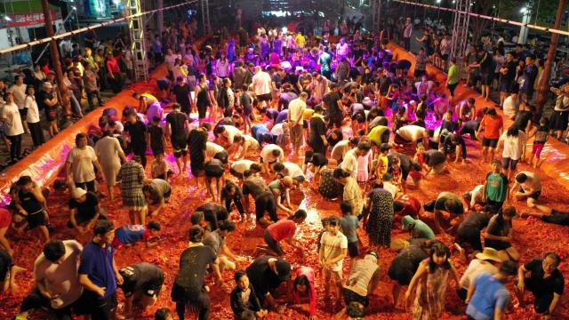▲ 화천토마토축제가 지난 3일 밤 처음으로 '야간 황금반지를 찾아라' 이벤트를 열었다.관광객들이 축제를 즐기고 있다.