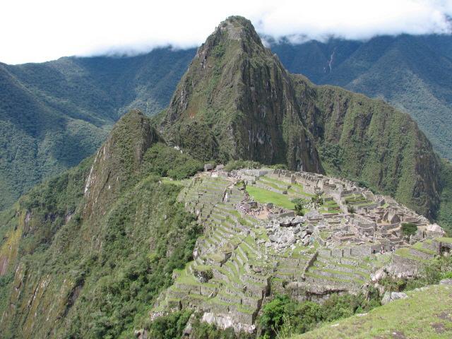 ▲ 페루 마추픽추의 악어 모양의 주거지와 푸마형상의 계단식 밭.