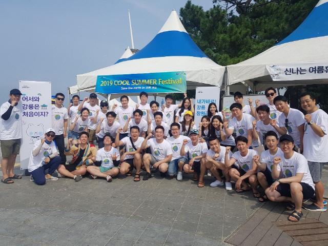 ▲ 신한은행은 지난 10일 강릉 경포해변 일대에서 쿨 썸머 페스티벌을 개최,관광객을 대상으로 은행이동점포을 운영했다.