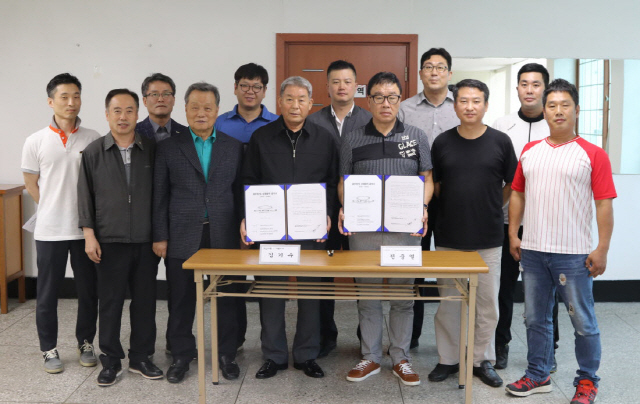 ▲ 강원남부주민주식회사 노·사는 13일 회사에서 직원 정년 63세 연장에 합의하는 협약식을 개최했다.