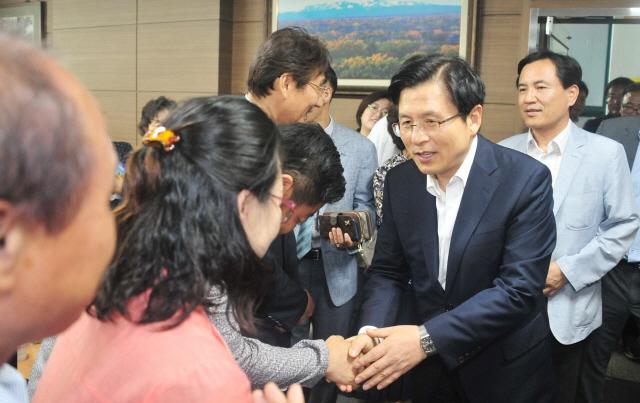▲ 13일 황교안 자유한국당 대표가 춘천당원협의회를 방문해 지지자들과 인사하고 있다. 박상동