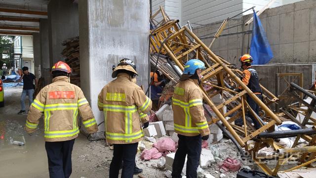 ▲ 14일 오전 8시 28분쯤 속초 조양동 아파트 공사현장 30층에서 근로자 5명이 탑승한 엘리베이터 추락사고 수습 현장 모습.강원도소방본부 제공
