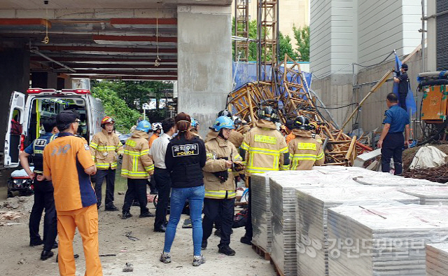 ▲ 14일 오전 8시 28분쯤 속초시 조양동의 한 아파트 공사 현장에서 엘리베이터 추락사고가 발생,긴급출동한 119구조대원들이 구조작업을 벌이고 있다.박주석