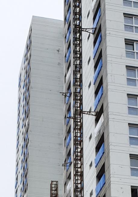 ▲ 14일 오전 강원 속초시 조양동의 한 아파트 건축 현장에서 공사용 엘리베이터가 15층 높이에서 추락하는 사고가 발생했다. 오른쪽의 정상 설치된 승강기와 비교해 왼쪽은 승강기 구조물을 지지하는 장비가 뜯겨나간 흔적이 보인다. 소방당국은 이 사고로 3명이 사망하고 2명이 부상한 것으로 추정하고 있다.[강원도소방본부 제공.]