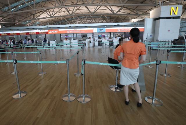 ▲ 1일 오전 인천국제공항 1터미널 한 항공사 수속 카운터가 일본 여행 거부 운동으로 한산한 모습을 보이고 있다. 1일 여행업계에 따르면 국내 해외여행객 유치 1·2위 업체인 하나투어와 모두투어의 일본 여행 신규 예약자 수는 일본 여행 거부 운동이 본격화된 지난달에만 전년 동기 대비 70~80% 급감했다.  2019.8.1