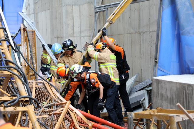 ▲ 14일 오전 강원 속초시 조양동의 한 아파트 건축 현장에서 공사용 엘리베이터가 15층 높이에서 추락해 소방대원들이 구조 활동을 벌이고 있다. 소방당국은 이 사고로 3명이 사망하고 3명이 부상한 것으로 추정하고 있다. 2019.8.14 [속초소방서 제공. 재판매 및 DB 금지]
