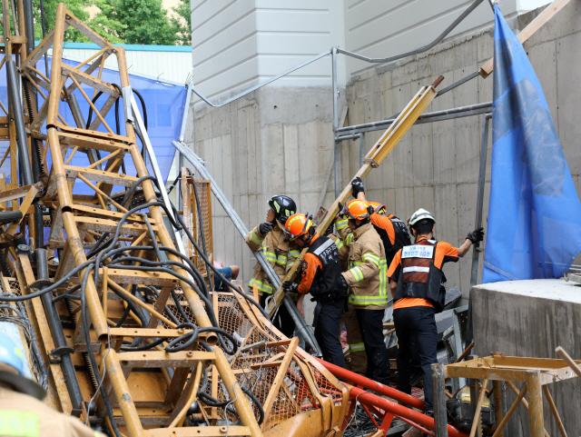 ▲ 속초 아파트 공사용 승강기 추락 현장 구조작업     (속초=연합뉴스) 14일 오전 강원 속초시 조양동의 한 아파트 건축 현장에서 공사용 엘리베이터가 15층 높이에서 추락해 소방대원들이 구조 활동을 벌이고 있다. 소방당국은 이 사고로 3명이 사망하고 3명이 부상한 것으로 추정하고 있다. 2019.8.14 [속초소방서 제공. 재판매 및 DB 금지]     conanys@yna.co.kr (끝)   <저작권자(c) 연합뉴스, 무단 전재-재배포 금지>