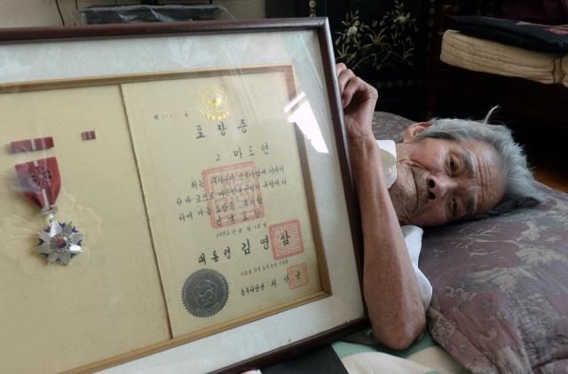 ▲ 춘천에 거주하는 마흥수(92)씨가 일제시대 '12인의 장총단'의병으로 활약했던 할아버지 고(故) 마도현 선생의 건국포장을 내보이고 있다.  방병호